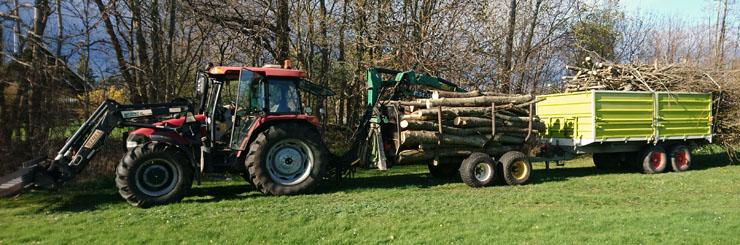 Traktor med skogavagn och tippvagn